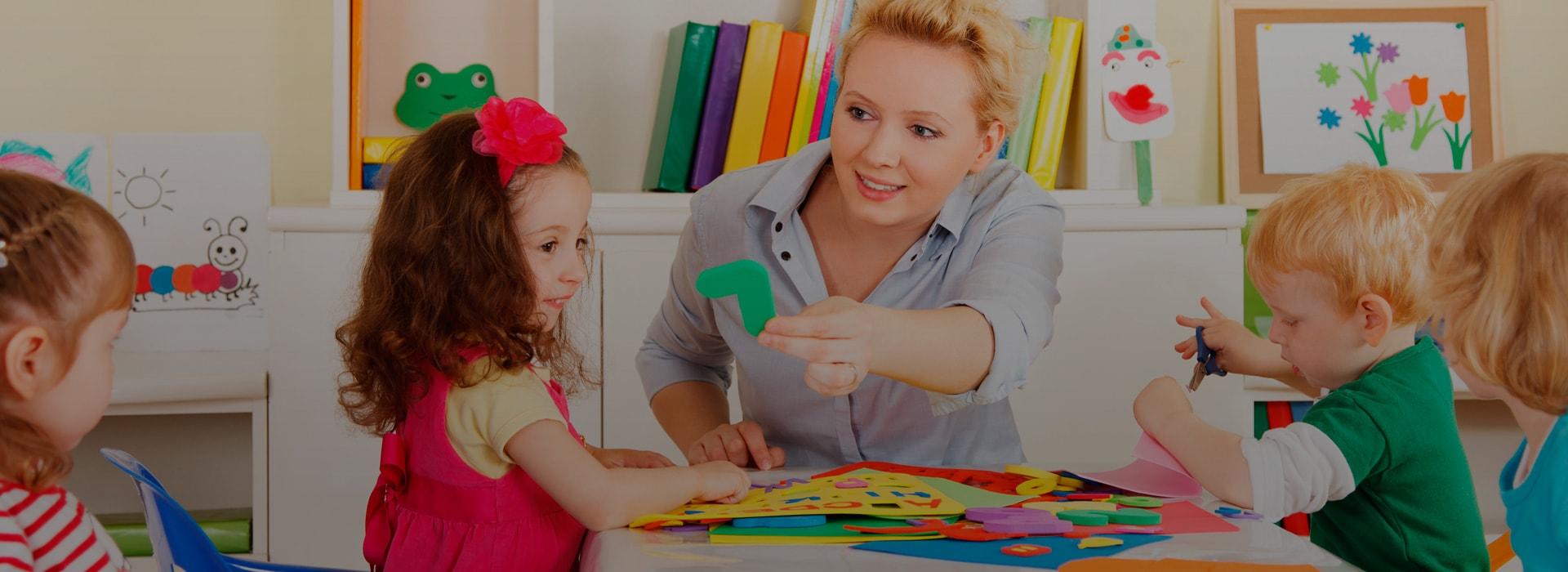 приглашает детей дошкольного возраста от 3 до 6 лет на занятия. Образовательный концепт школы представляет собой разностороннее развитие детей и включает множество компонентов: интеллектуальный, физический, эмоциональный, социальный, нравственный, эстетический.